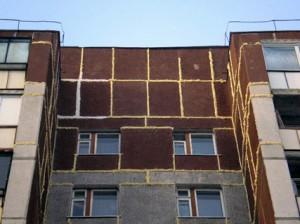 Obshhij_vid_shvov_vostochnogo_fasada_torcevoj_blok-sekcii_zhilogo_doma_posle_germetizacii